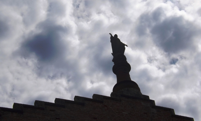 statue nuages