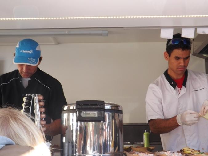 chef teheuira et un de ses cuisiniers