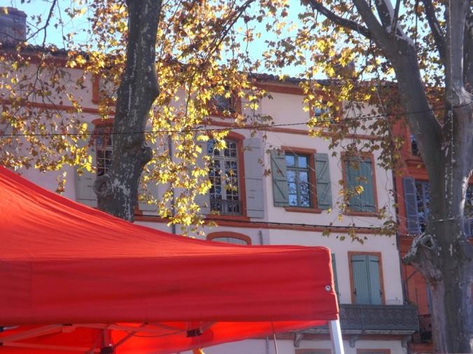 façade et tente rouge