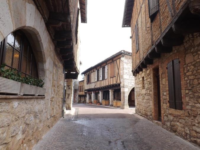 rue entre le parking et la place des arcades à Casteanau de Montmiral