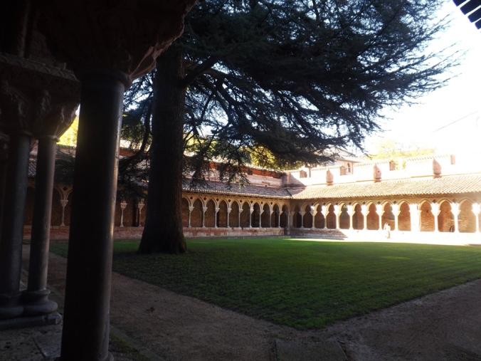 cloitre vue depuis l'arbre abbaye moissac