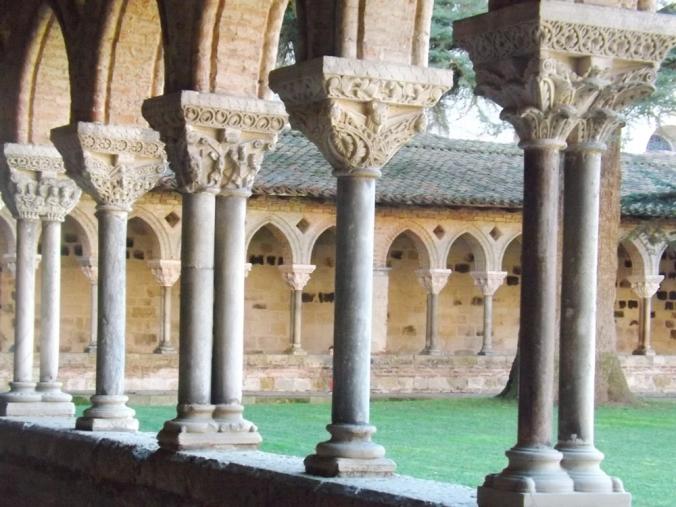colonnes et chapiteaux du cloitre de l'abbaye st pierre de moissac