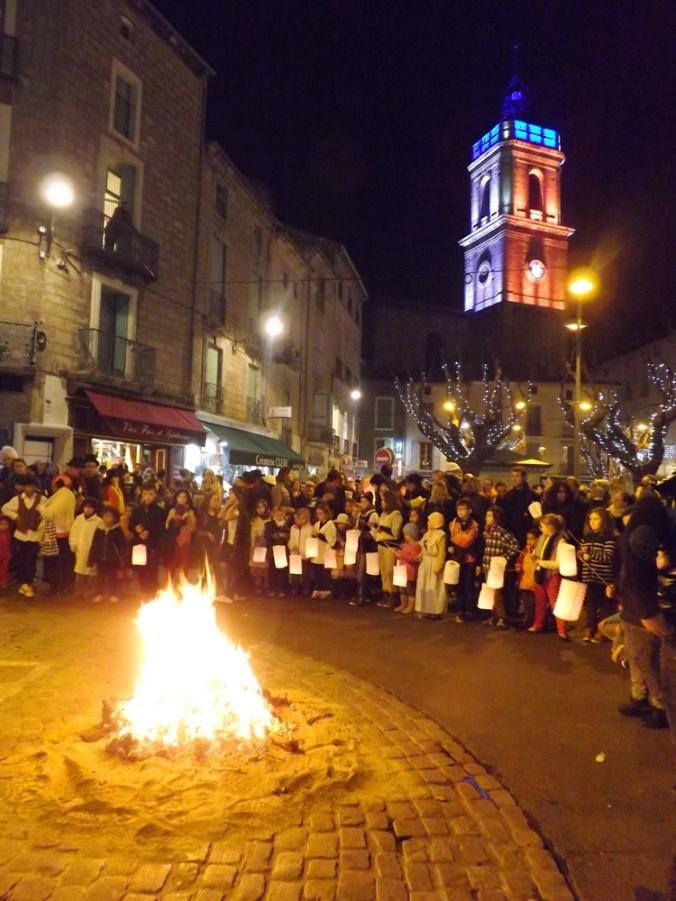 enfants autour du feu pour le rituel de cacha fuoc lors de la pegoulade a pezenas en ddecembre 2015