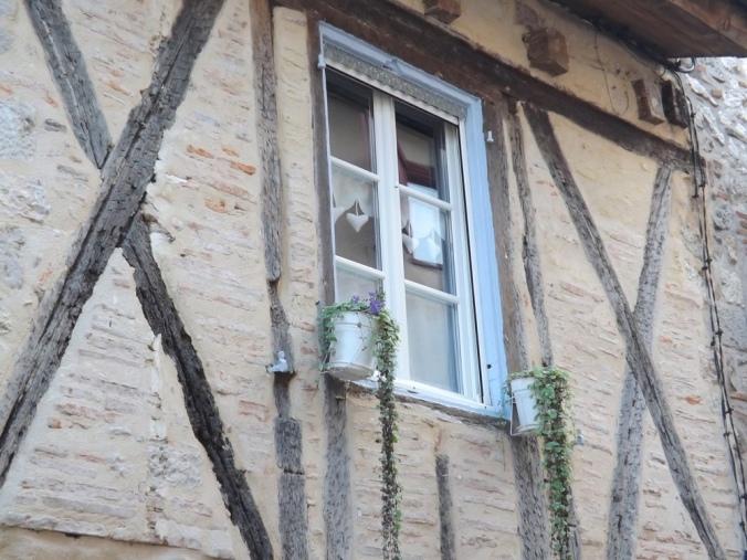 façade maison à colombage et volets bleus à castelnau de montmiral