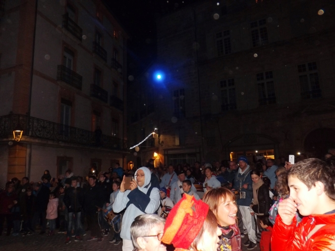 foule place Gambetta pour regarder le Poulain de Pezenas durant Nadal 2015