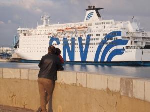 fred et matthieu regardent un ferry de croisiere dans le port de sete