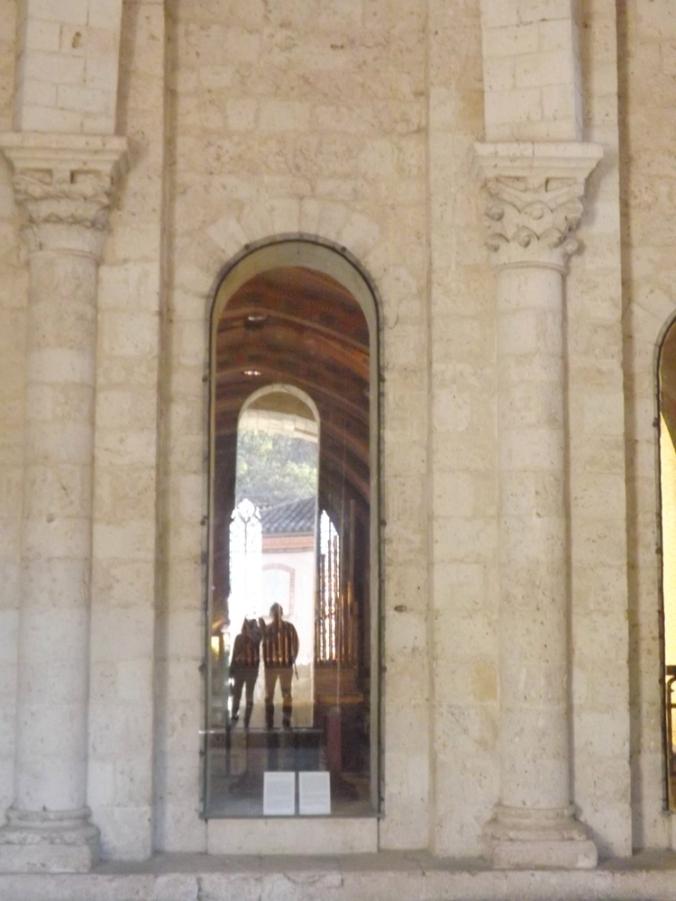 fred et moi en photo dans le reflet d'une des baies de la salle st michel abbaye de moissac