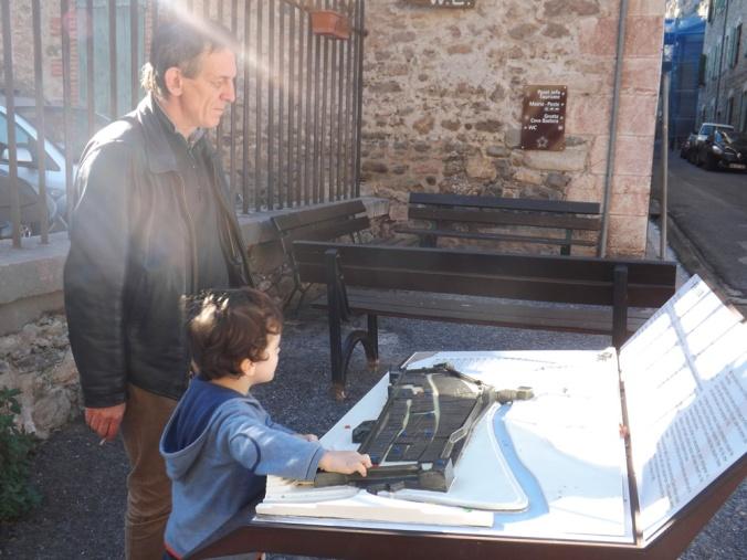 frederic et matthieu devant la maquette de la ville de villefranche de conflent