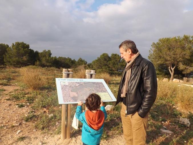 Frederic et Matthieu devant le plan de la forêt domaniale de Sete