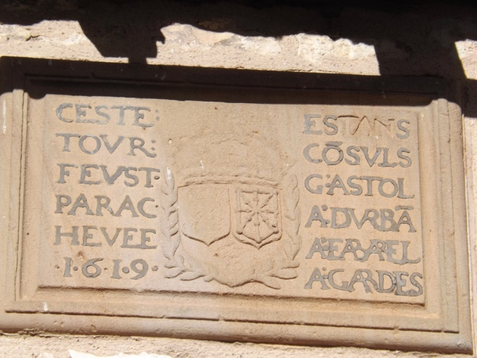 inscription sur la tour de l'hôpital.