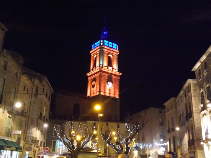 le clocher de la collegiale st jean de pezenas en couleur rouge et bleue