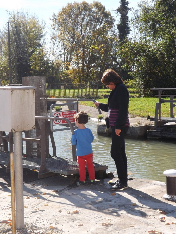 mamie surveille Matthieu au bord du canal de Garonne