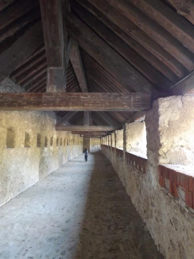 matthieu court dans les kilometres de galerie des fortifcations de villefranche de conflent