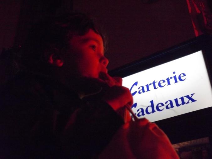 Matthieu devant l'embrasement de la Marianne a Pezenas nadal 2015