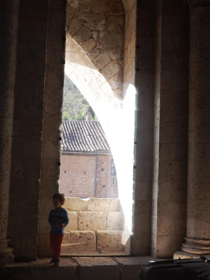 matthieu devant une des baies de la salle haute abbaye de moissac