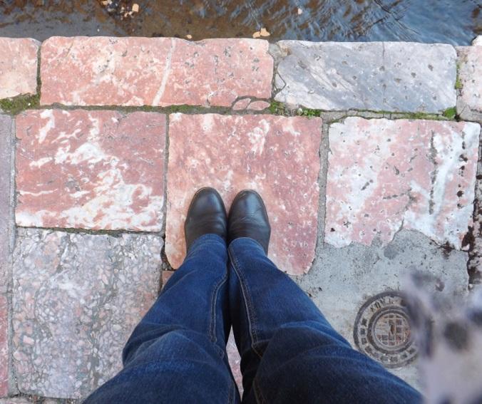 mes pieds sur le marbre rose des trottoirs de Villefranche de Conflent