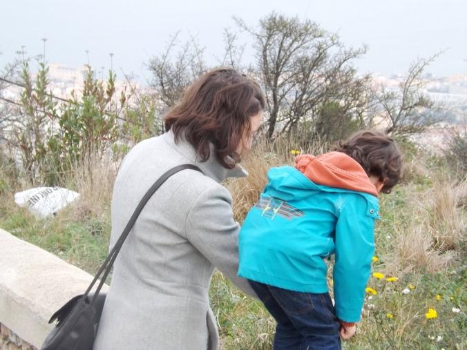 pauline et matthieu cueillent des fleurs sur le panoramique de sete