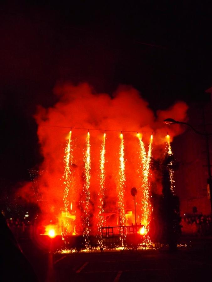 rideau de feu devant la Marianne de pezenas nadal 2015