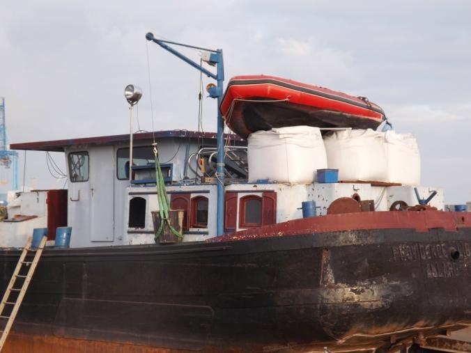 vue rapprochee vieux bateau en bois sur cale mole st louis sete