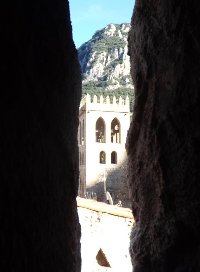 vue sur le clocher de l'eglise st jacques depuis meurtriere dans les remparts de villefranche de conflent
