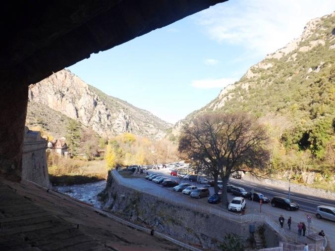 vue sur le parking depuis les remparts de villefranche de conflent