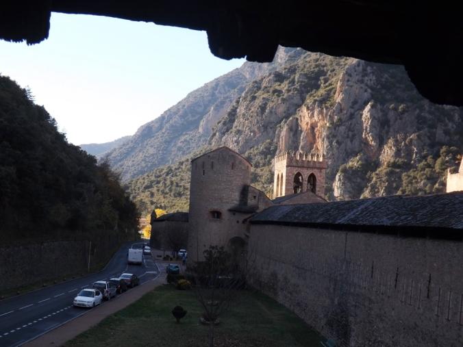 vue sur tour et montagnes depuis les remparts de villefranche de conflent