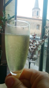 coupe de champagne au restaurant pres des arenes d'Arles