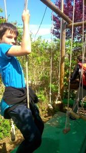 franck franchit un obstacle avec des cordes au parc teraventure