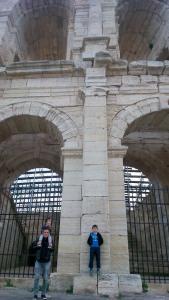 franck, fred et matthieu devant les arenes d'Arles