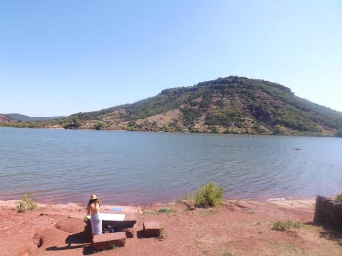 la vue sur le lac depuis la place de la mairie de celles