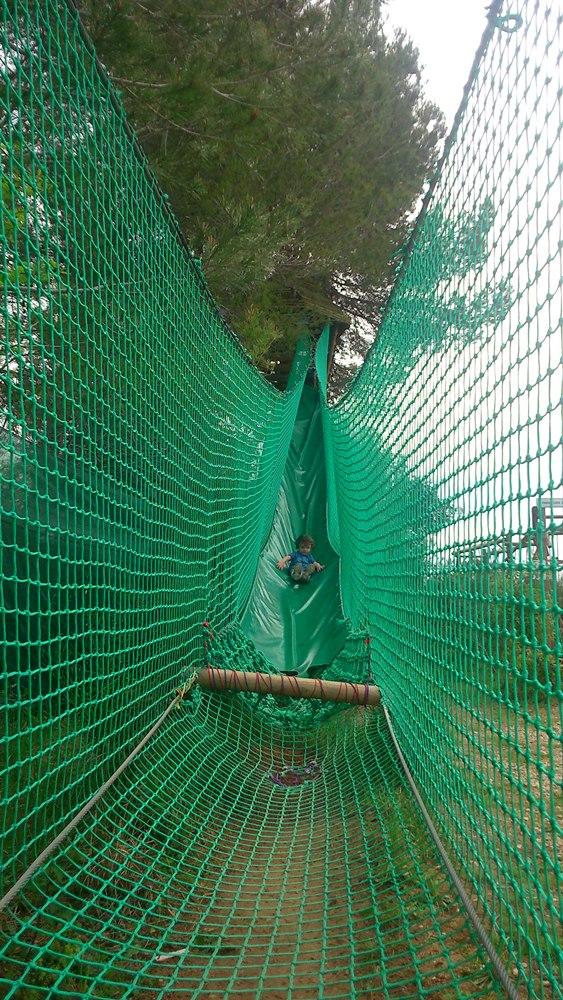 Matthieu dans le toboggan des arbres au parc teraventure