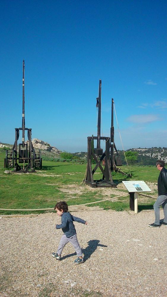 matthieu et frederic devant les catapultes des baux de provence