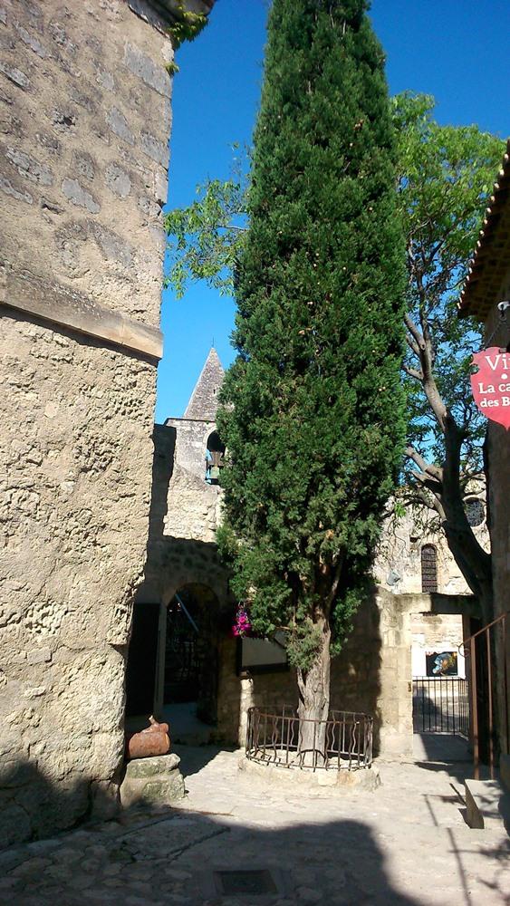 petite place village des baux de provence
