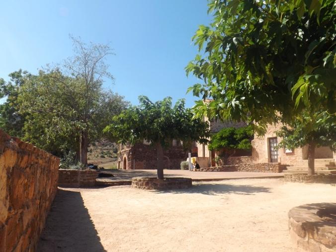 place du village de Celles au bord du Lac du Salagou