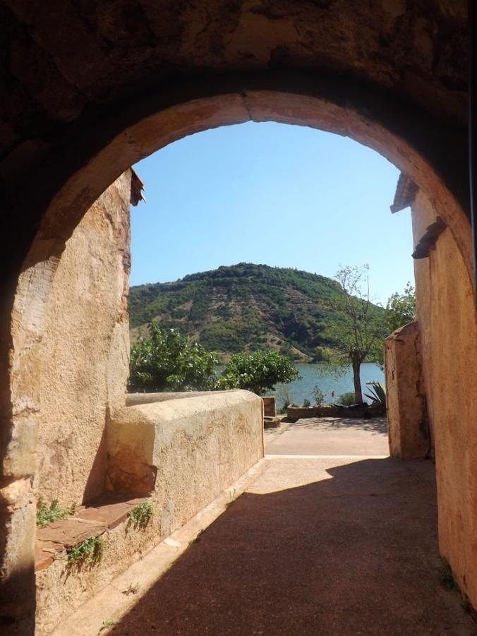 vue sur le lac du Salagou depuis l'intérieur de l'eglise de Celles