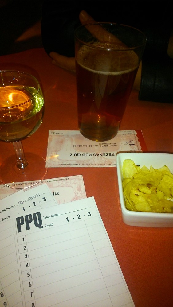 boissons et feuilles de jeu au Pezenas Pub Quiz