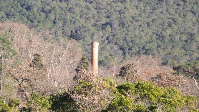 cheminee de la manufacture de Villeneuvette vue depuis la garrigue