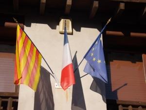 drapeaux francais catalan et eurpeen a Eus