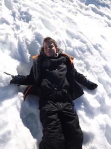 franck allonge sur la neige dans le vercors