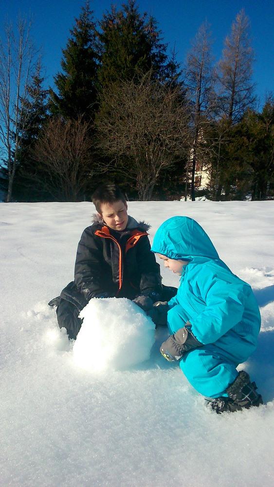 franck et matthieu font une boule de neige dans le vercors