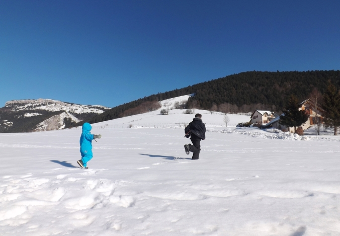 franck et matthieu jouent dans la neige dans le vercors