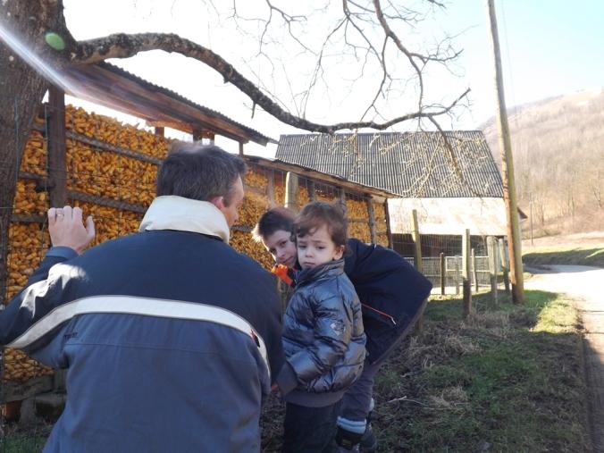 fred et les garçons devant le stock de maïs d'une ferme près d'Uriage