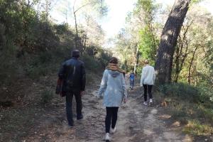 frederic et les enfants sur le chemin dans la colline de villeneuvette
