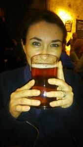 isabelle et une bière anglaise au Pezenas Pub Quiz Illustre Theatre