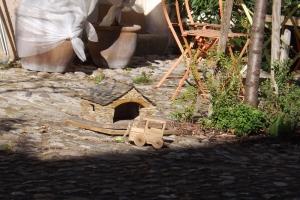 jouets devant une maison du quartier ouvrier a Villeneuvette