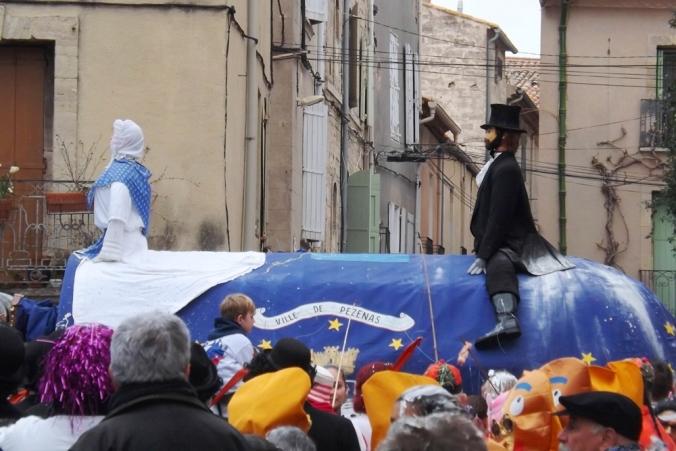 le Poulain de Pezenas sort de la cour d'honneur pour le carnaval