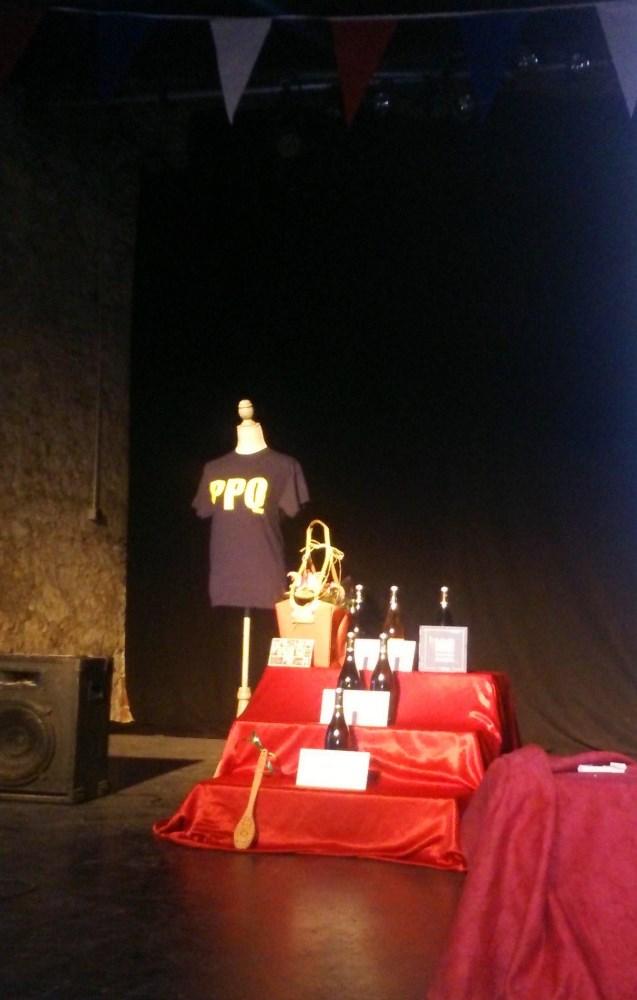 les cadeaux sur la scene de l'Illustre Theatre lors du Pezenas Pub Quizz