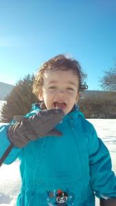 matthieu mange de la neige dans le vercors