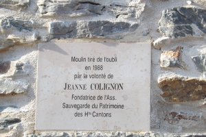 plaque en hommage à Jeanne Collignon qui fit restaurer les moulins de Faugères