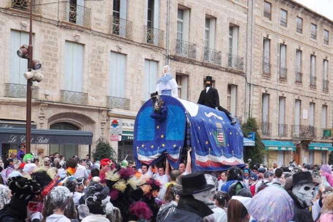 Poulain porté haut lors du Carnaval de Pezenas 2016